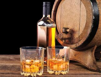 Bourbon-Whiskey-and-oak-barrel_web
